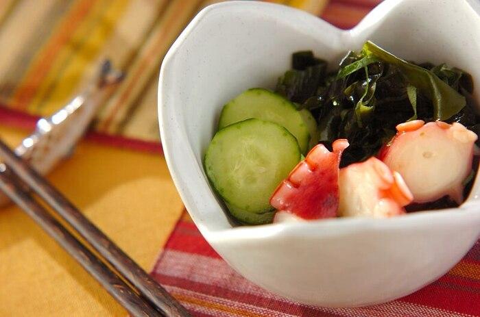 箸休めに和食の酢の物はいかが? お酢との相性が良いタコとわかめ、キュウリに、日本のハーブ大葉を加えてひと工夫。大葉の香りがさわやかな一品。