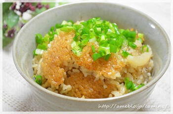 大根の皮と油揚げに、ダシダなどを加えて炊き込んだ韓国風の味ご飯。少し濃いめなので、おにぎりやお弁当にもおすすめ。底の部分にできるおこげもたまらないおいしさです。