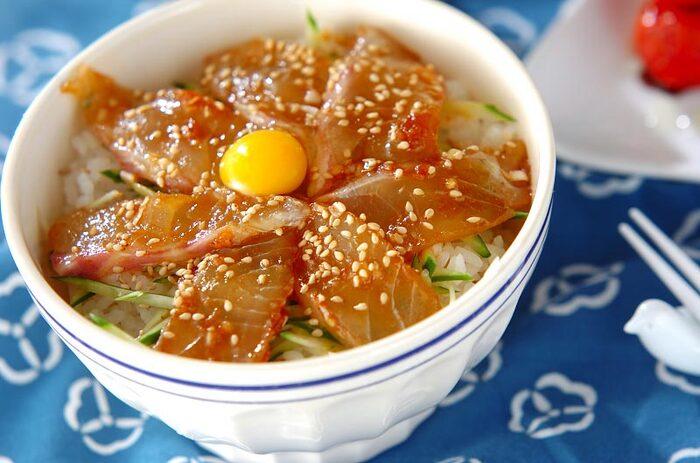 帰りが遅い日の晩ご飯はあっさり済ませたいところ。鯛を漬け丼にしてさっぱり頂きたいですね。ピリ辛のタレに漬け込んだ鯛をご飯にのせるだけ。洗い物の少ないのも嬉しいポイント。