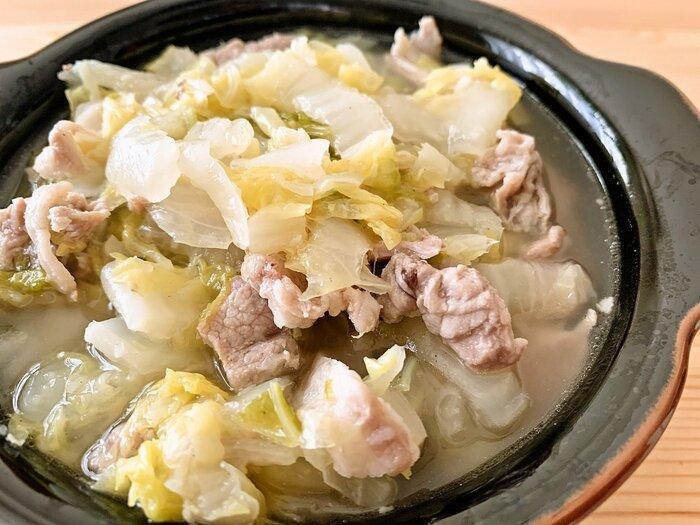 豚こまと白菜のあっさり味のスープはいかが? たっぷりの酒と生姜を使っているので、豚肉の臭みも気になりません。トロトロの白菜は胃にも優しそう。白菜を大量消費したい時、ポカポカ温まりたい寒い冬にもおすすめです。