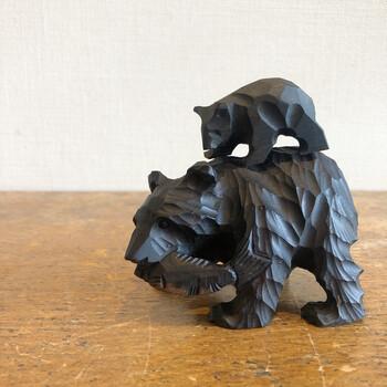 北海道のお土産の定番でもある「木彫りの熊」。北海道八雲町が発祥の地といわれています。熊は小さく生まれ、やがて大きく成長することから、「大物になる」、「大きく育つ」といった意味を持ち、縁起物として喜ばれるようになりました。  北海道八雲町には、八雲木彫り熊資料館もあり、その歴史を体感することができます。木彫りの熊の生い立ちを知ると、より愛着がわく置物になりそうです。