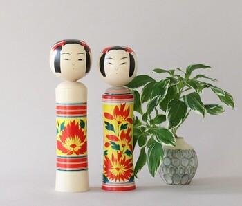 「鳴子こけし」は、約200年前、宮城の山奥で木地業を営む人たちが子供たちに玩具として与えたのが始まりといわれています。頭部を胴体にはめ込む際に特別な技法が用いられており、首を回すとキイキイと音が鳴るのが特徴です。
