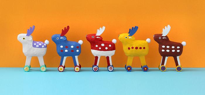 奈良県の鹿の郷土玩具、鹿車をモダンにアレンジした玩具である鹿コロコロ。キナリノでもお馴染みの中川政七商店が「これから100年後に残る郷土玩具」を目指し、GoodJobセンター香芝・たんぽぽの家アートセンターHANAとの協働で生まれた玩具です。個性的で、カラフルな鹿コロコロはリビングのインテリアアイテムとしてもおすすめです。