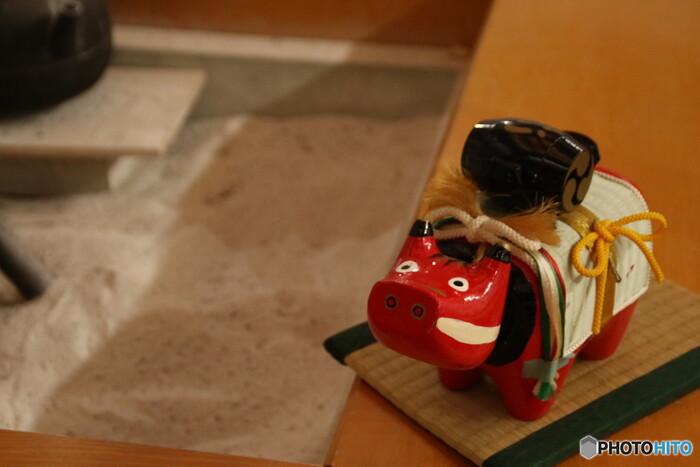 福島県会津地方を代表する郷土玩具の「赤べこ」。年賀切手の図案に採用されたことから、全国的にその愛らしさが知られるようになりました。赤い体は魔よけの効果があるといわれています。