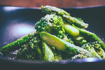 鮮やかな緑色そのままに仕上げるグリーンの胡麻和え。 季節の野菜で小鉢やお弁当に彩を添えることができます。