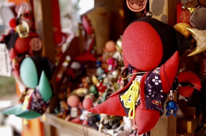 顔がないのに、ひょうきんな表情が思い浮かぶような「さるぼぼ」。岐阜県飛騨地方に伝わる郷土玩具です。  飛騨地方では、赤ちゃんのことを「ぼぼ」といい、赤い色やかたちが猿に似ていることからこの人形を「さるぼぼ」と呼ぶそう。魔よけや疱瘡除けの意味を持つ赤い色が定番ですが、最近は、カラーバリエーションも増えて、お土産ものとしても有名になっています。