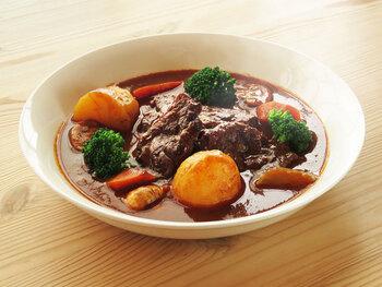 肉も野菜もごろっと大きく切って、ごちそうシチューを作りましょう。簡単とは言えないけれど、手間隙かけた価値があったと思える絶品シチューです。 野菜は煮崩れさせず、肉は柔らかく仕上がる真空調理ならではの美味しさで、ハレの日の食卓を暖かく彩ります。
