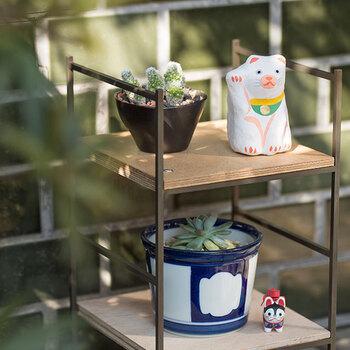 """日本各地で作られてきた「郷土玩具(きょうどがんぐ)」。  素朴な表情など、心がほっこりするような愛らしさに満ちていますよね。  「郷土玩具」とは、その名の通り、ほとんどが""""子供のおもちゃ""""になるよう作られたもの。木地師や織物職人などが仕事の合間に自分たちの子供に与えるために作ったことが始まりといわれており、古くからくの信仰や地域文化も色濃く反映されていて、その地域ならではの魅力に触れることできます。"""