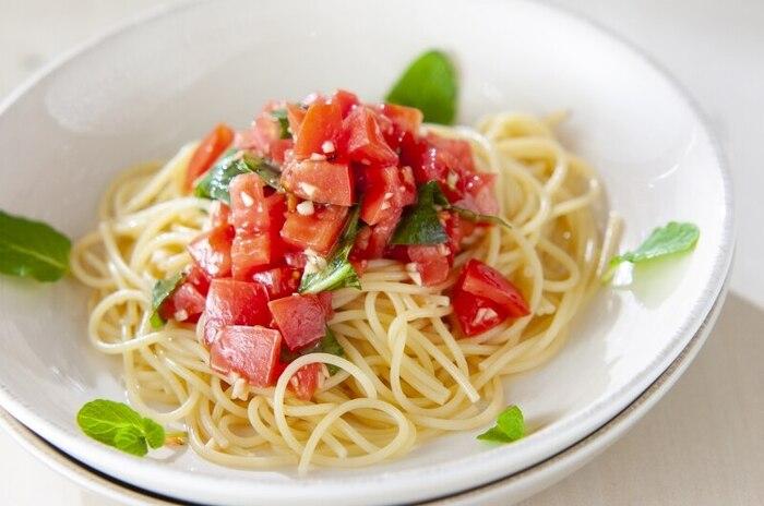 さっぱりとしたトマトの酸味にさわやかな香りのバジルをプラスした冷製パスタ。麺類は食欲のない時にも食べやすいので、夏バテかなと思ったら作ってみてくださいね。