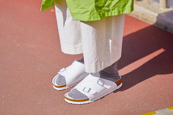 「ビルケンシュトック」の新作サンダルを履きまわし!春→夏のスイッチコーデ特集