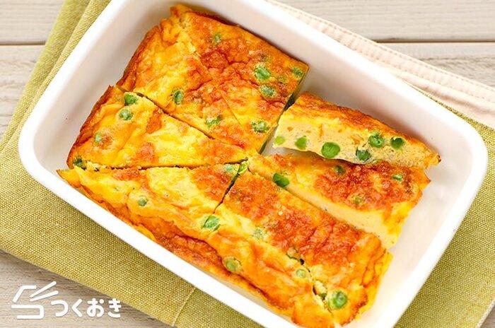 グリーンピースやえんどう豆をオムレツに入れたアレンジレシピ。黄色と緑のコントラストがきれいですね。お弁当の彩りにもぴったりです。