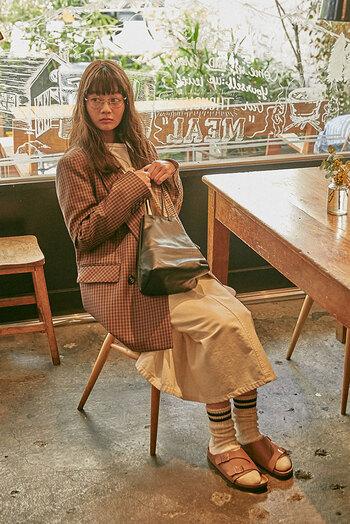 マニッシュコーデを楽しむなら「ライトブラウン」がおすすめ。ジャケットなどのきちんとしたアイテムにも相性よく決まります。靴下と合わせたスタイリングで、他とは違ったこなれたおしゃれを演出。