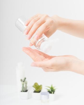 お肌が清潔になったら化粧水をつけましょう。手やコットンを使って、化粧水がお肌に浸透しているイメージをしながら優しくなじませます。強くパッティングしてしまうと、炎症の原因にもなるので注意してくださいね。