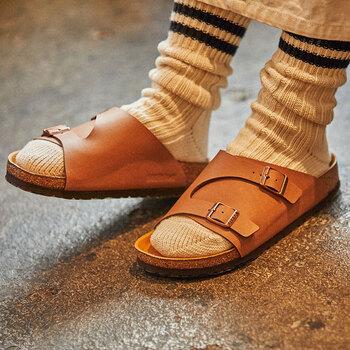 キャラメルのようなライトブラウンは、レザーシューズ感覚でどんなコーデにも合う履きまわしの利くアイテム。バックルはブロンズカラーで、落ち着いたワントーンデザインです。