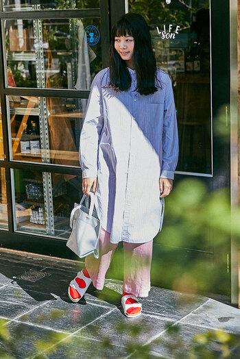 靴下のカラーリングで、パッと印象の変わる「ホワイト」は、コーディネートの差し色として取り入れたい1足。ボトムスの色とリンクさせて、まとまりのあるスタイリングが完成します。