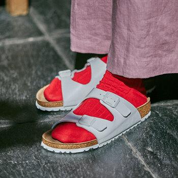 女性らしいスタイリングにも相性の良い『ネヴァダ』のホワイト。春のコーデは、足の甲から覗く靴下の色で遊んで、いろいろなおしゃれが楽しめます。
