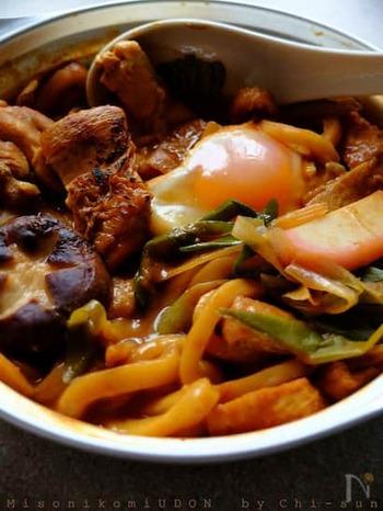 鶏もも肉の皮の部分を予め焼いておくことでパリッと食感よく仕上がります。赤だし味噌を土鍋で溶いてそのまま食卓に並べましょう。アツアツの麺とスープで体の中から温まるご馳走に。