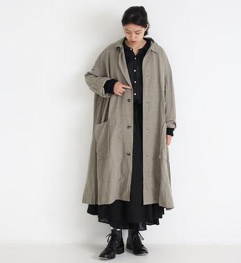 通気性、速乾性に優れたリネン(麻)素材のコート。軽さと柔らかさを持ち、自然素材ならではのナチュラルな風合いで優しい雰囲気のコーディネートが作れます。気になるシワは、霧吹きで軽く濡らして干しておくと、キレイになりますよ。また、あえて自然なシワ感を楽しむのもリネンの醍醐味でもあります。