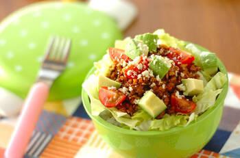 彩りキレイなタコライス弁当。マイタケを混ぜることでカロリーダウンするから、ダイエット中の方にもおすすめ。野菜をたっぷり摂取できます。
