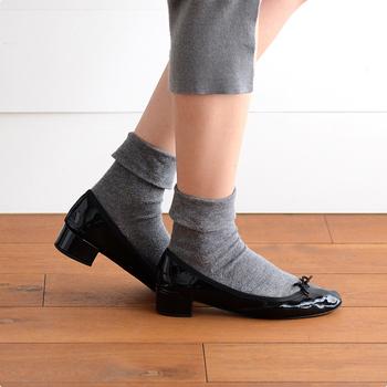 靴下は丁寧にケアすることで、見違えるほどきれいに、長持ちさせることができます。デザインや素材に凝った靴下は特に気を付けてお手入れしてみましょう。長く使い続けることで、より愛着も湧いてきますね。お洒落は足元から。この言葉を胸に、手持ちの靴下の扱いを見直してみませんか?