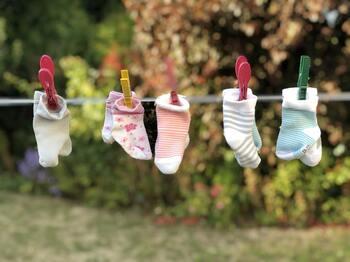 靴下を干すときは、口ゴムの部分を上にして干すようにしましょう。  洗濯ものは上の方から乾いていきます。ゴムを上にしてゴム部分を素早く乾かすと、ゴムを劣化させず、長持ちすることにもつながります。