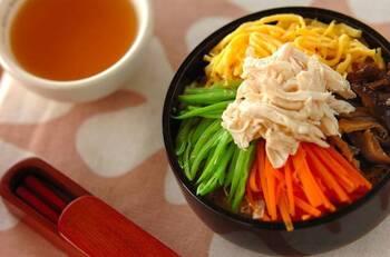 奄美大島の郷土料理「鶏飯(けいはん)」がお弁当に。食べる直前にだし汁をかけるから、さらさらと食べやすい。