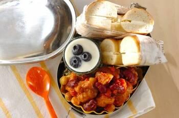 市販の鶏の唐揚げを使って、コクのあるチリコンカンの出来上がり。ベーグルとヨーグルトデザート付きのおしゃれなお弁当です。
