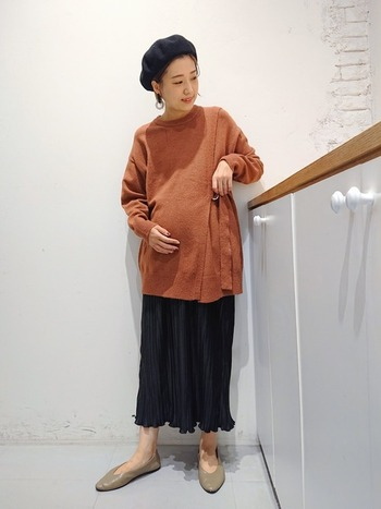 産後も着れるニット&スカートのコーディネート。プリーツスカートはニットと相性抜群です!ワンピースもいいのですが、エコーや内診がある検診の日には、上下分かれたこんな服装が便利ですよね。
