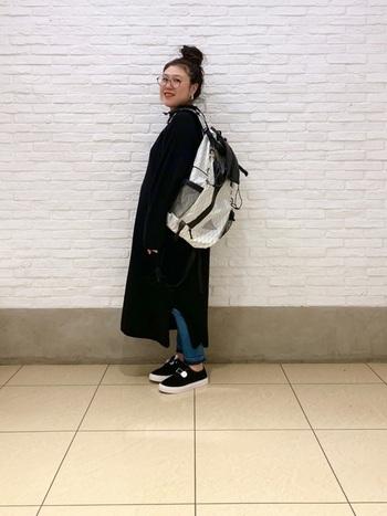 ゆったりしたロングワンピに、大きめのリュックやスニーカーなどスポーティなアイテムをMIX。洋服がシンプルでワンパターンになりがちな時は、小物で違うテイストを加えると新鮮でおしゃれなコーディネートになりますよ。