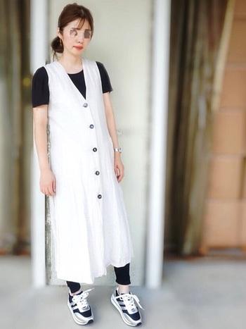 ZARAの白いワンピースに、Tシャツとレギンスを黒でまとめた細見えコーディネート。お腹が大きくなってきたら、歩きやすくいスニーカーを合わせましょう。