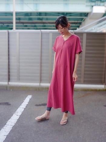 1枚で着れるワンピースは、夏のマタニティコーデに重宝するアイテム。せっかくなら、普段着ない色のプチプラワンピに挑戦してみましょう!鮮やかな色でも裾丈や袖丈が長めのものを選べば、派手な印象を抑えて大人っぽく着こなせます。レギンスやサンダルをナチュラルカラーにしているのもポイントです。