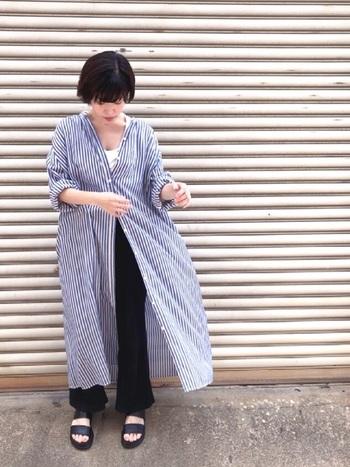 ロング丈のシャツワンピは、1年を通して重宝するアイテム。羽織り代わりにする時は、真ん中のボタンを留めるとお腹周りがカバーできます。ユニクロのプチプラパンツと合わせてシンプルにコーディネートして。