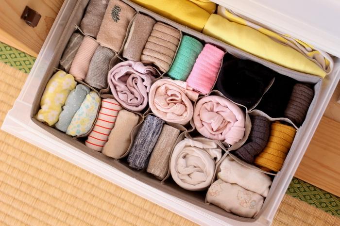靴下はまず、ふたつを重ねて、平らな状態にします。それを爪先側から三つ折りにし、さらに半分に折りたたむといったように、きちんとたたんで収納するのがおすすめです。口ゴム部分も傷まず、カラーや柄も分かりやすく収納できます。