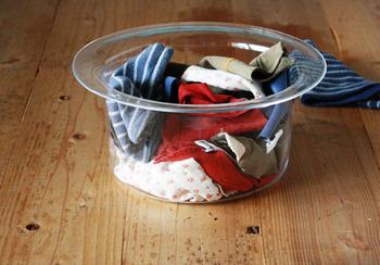 捨ててしまう前に、適当な大きさにカットしてウエスとしてお掃除に活用するのもいいですね。時間があるときにまとめてカットしておいて、容器に入れておけば、ちょこっと掃除に最適な使い捨ての布ができあがります。