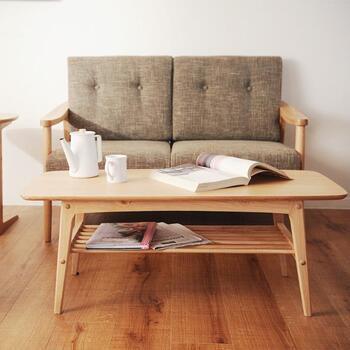 こちらは天然木のナチュラルなテーブルです。シンプルなお部屋にしっくりくる北欧風アイテム。丸みのある角が優しい雰囲気ですね。ラック付きなので、ちょっとしたアイテムを置くのに便利。物を置いても印象が重くならないように、ラックは格子状にデザインされているんですよ♪