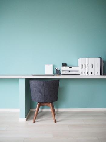 こちらのブロガーさんのパソコンデスクは、机の上もスッキリしていますが、椅子のしまい方もとってもキレイ!机の下に椅子をしまうと、ひじかけがぶつかってしまう、背もたれがはみ出てしまう、ということはよくありますよね。テーブル下にぴったり収めたい場合は、スペースに合うよう椅子の寸法を測ってから、購入するのがおすすめですよ♪