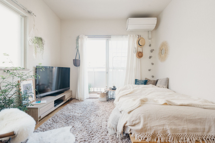 部屋を広く見せるためには、背の低い家具を選びましょう。縦の空間を十分確保することで天井が高く感じられ、部屋も広く見えます。目線よりも低い位置に統一して配置できるといいですね。
