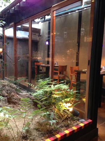 オモ カフェの店内は、その京町屋の雰囲気をしっかりと残したどこか懐かしさを感じる空間が広がります。店内には、中庭を眺めながらお食事が楽しめるお席などもあり、外国人にも人気の高いスポットとなっています♪