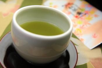 茶葉の種類が豊富なのは、お茶屋さんならでは。4月に入ると新茶の季節になるので、美しい緑色の上品な香りのお茶をお土産にいかがですか?
