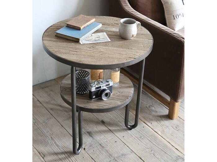 テーブルの下はボックスじゃなくてもOK。例えば、こんな風にテーブルの下にミニテーブルがあるデザインもおすすめですよ。見た目もとってもかわいらしいですね。ダブルのテーブルでありながら、スッキリと見えるのも魅力。パイン古材とスチールを組み合わせた、異なる素材のコントラストがスタイリッシュな雰囲気を出しています♪