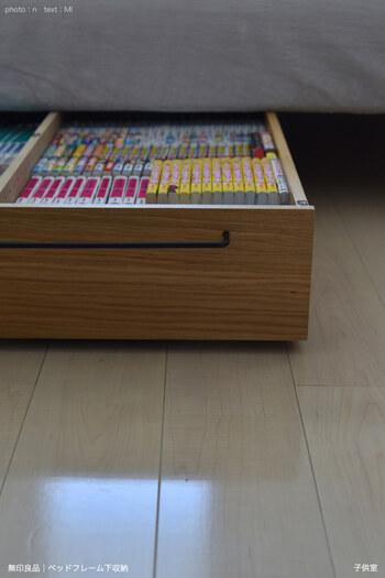 こちらのブロガーさんのおうちで活躍しているのは、無印の「ベッドフレーム下収納」です。キャスターと動かせる仕切りが付いたアイテム。引き出す取っ手が幅広なので使いやすそうですね。本棚がいっぱいで床や棚の上に本が山積み……なんてときには、ベッド下を有効活用してみてください♪