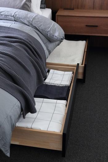こちらのブロガーさんは、収納付きのベッドを使っています。これからベッドを買う方は、収納力のあるベッドを選ぶのもおすすめ。レールの付いた引き出しなら重い物も取り出しやすいので、大きめラグや毛布なども入れられるでしょう。押し入れがいっぱいで困っているときの活躍場所でもあります♪