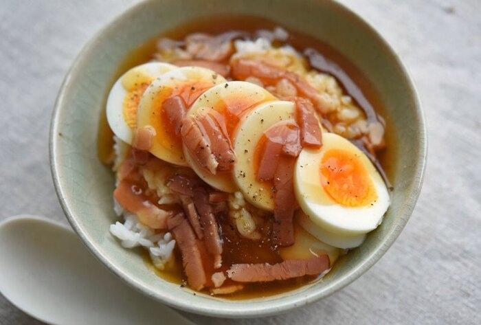 ゆで卵とベーコンを使った和風あんが優しい丼は、だし汁にベーコンを加えてコクとうまみをアップ!粗びき黒胡椒がピリリとアクセントになっています。ゆで卵の黄色で彩りも十分ですが、刻みねぎや絹さやの細切りをトッピングしてもOK。