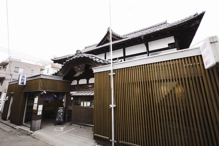 「小杉湯」はJR高円寺駅から徒歩5分、商店街を抜けた静かな住宅街の中にあります。創業はなんと昭和8年、長い歴史を感じさせるレトロな佇まいが、銭湯好きの気分を高めます。