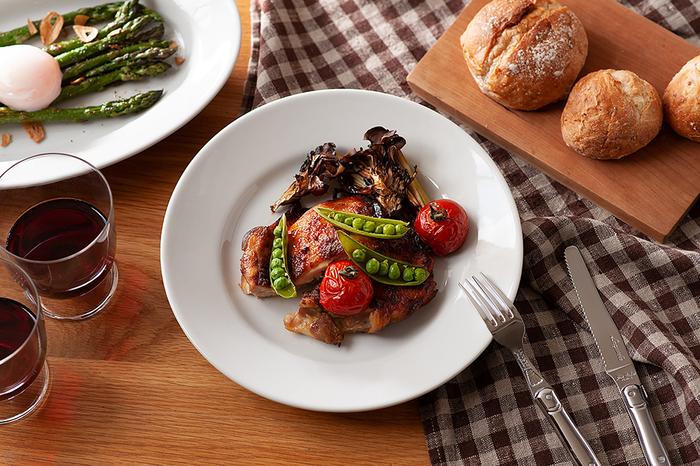 イタリアのレストランやバールで定番の陶磁器ブランド・サタルニア(Saturnia)のチボリシリーズ。飽きのこないシンプルなデザインは、料理を引き立て、盛り付けの可能性も広がります。分厚くどっしりとした安定感があり、スタッキングもできるので、毎日使う食器としてぴったりなアイテムです。