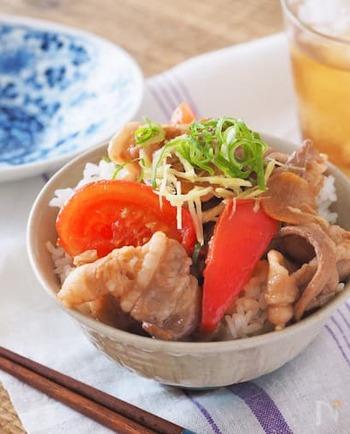 豚肉の生姜焼きにトマトを加えた、がっつりヘルシーな丼レシピです。豚バラの薄切りを使えば、火が通りやすく時短に。トマトで彩りもきれいですね。