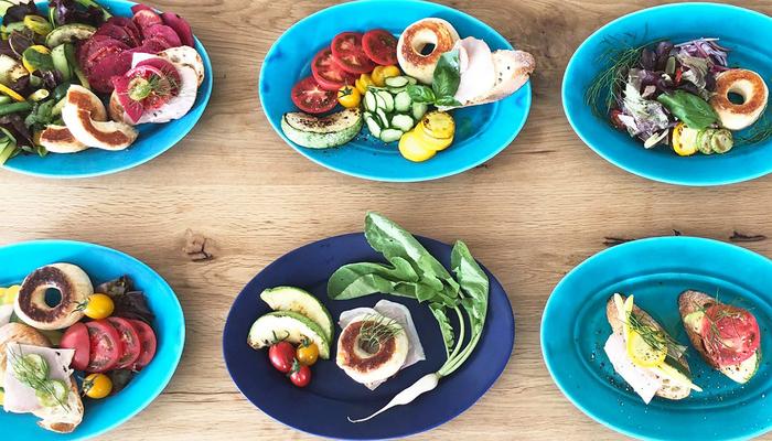 一見使うのが難しいそうなブルーの器ですが、意外にもお野菜などの赤や緑など発色の良い食材ととても相性が良いんです!食材とのコントラストを楽しめる美しい色、デザインは、いつもどおりの料理でも盛り付けるだけで美しく仕上がります。急な来客時にもこの一枚があれば、慌てずにおしゃれを演出してくれますよ。