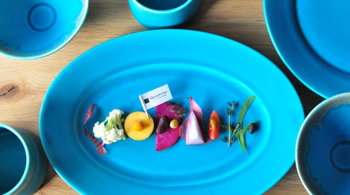 観ても、使っても楽しめる宮木英至さんの器は、デニム生地のように深みのある青色、インディゴブルーと、晴れた空のように明るいナイルブルーの2色。どちらのブルーもテーブルを明るく変化させてくれる鮮やかな色合いです。