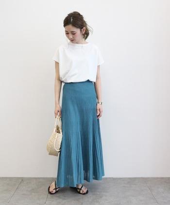 きれいなターコイズブルーのスカート。白のプルオーバーを合わせて清潔感あるコーデに。
