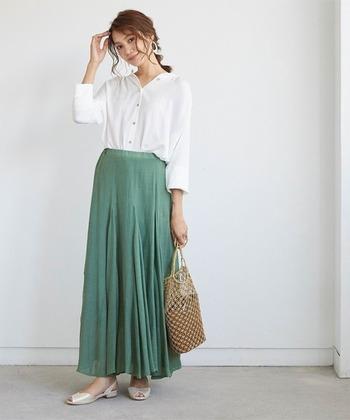 微妙なくすみカラーのグリーンのスカートは、白シャツでシンプルに着こなして。大人の女性にぴったりなコーデです。